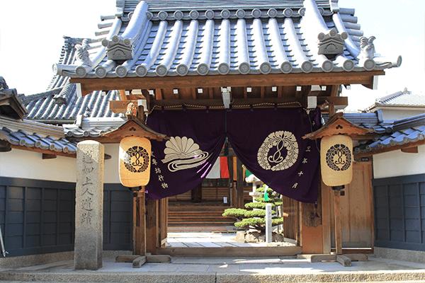 平成28年に改修された山門